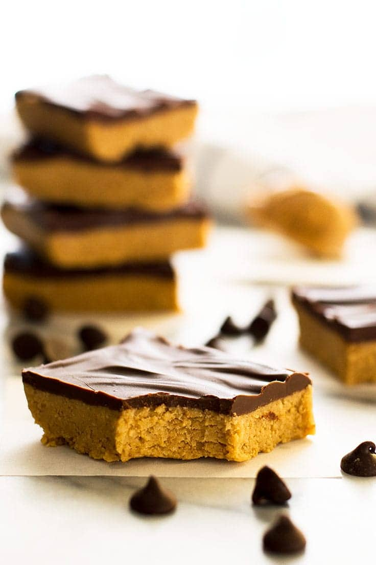 These easy Small-batch Peanut Butter Bars taste just like giant Reese's peanut butter cups. From BakingMischief.com | Small-batch Dessert | Peanut Butter Desserts |