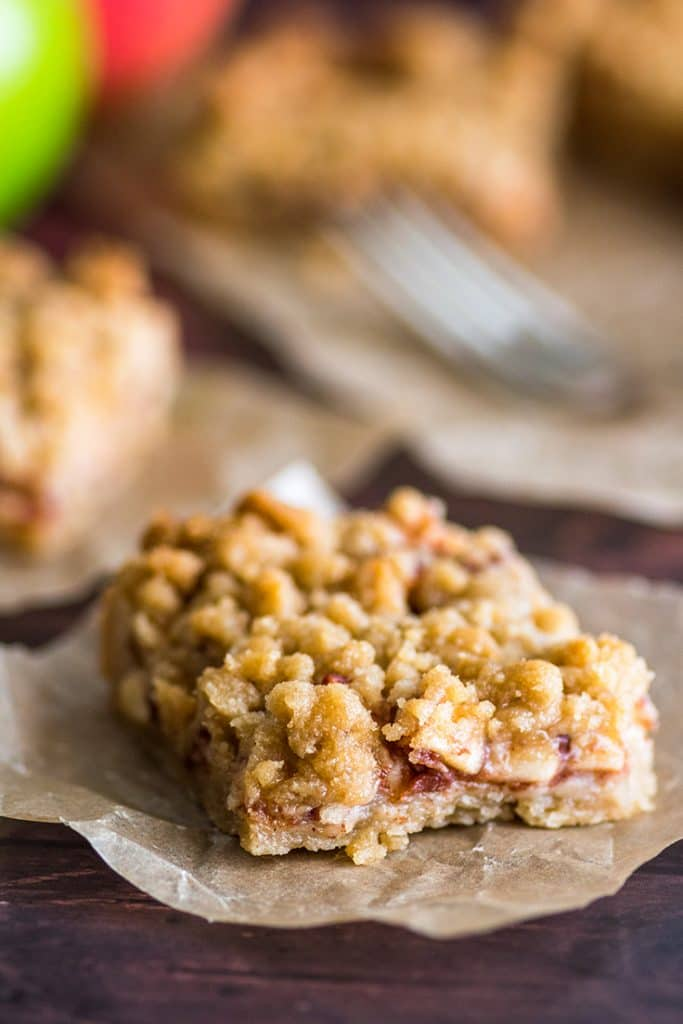 If you love streusel, you have to try these Small-batch Apple Pie Bars! | #Dessert | #AppleDesserts | #EasyDesserts |